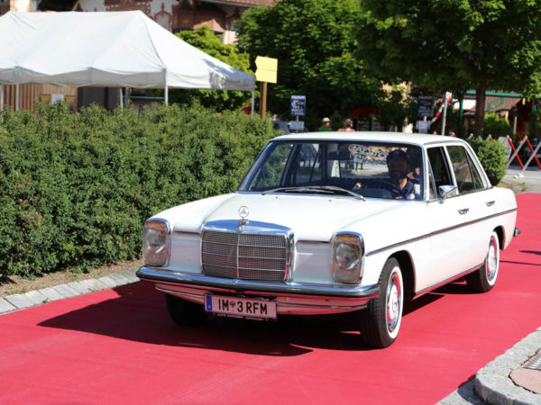 Mercedes W114 220 (Strich 8)